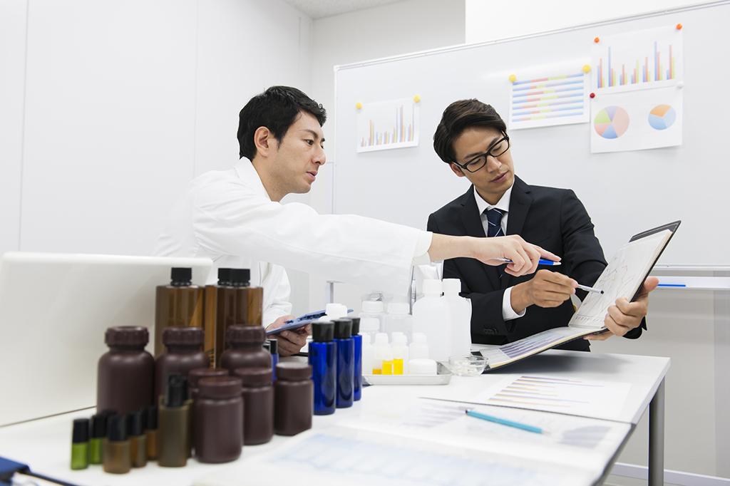 化粧品会社の管理部門に務める薬剤師