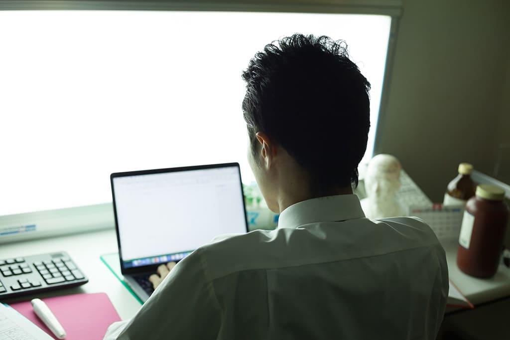 ポイント2. 残業が慢性化している、サービス残業が当たり前